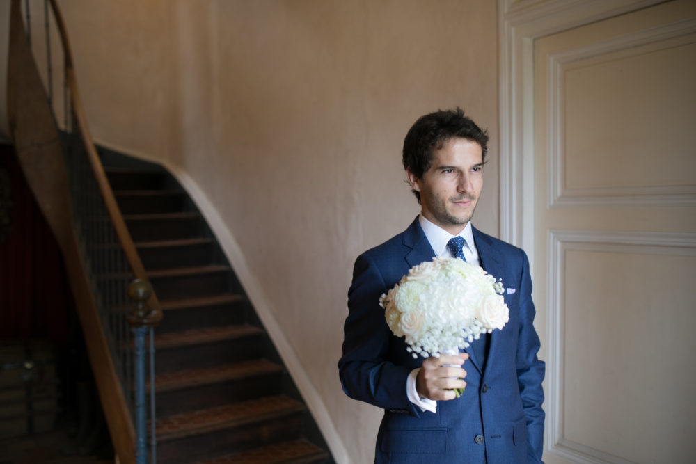 Le marié attend de voir la mariée au manoir de Dommartin