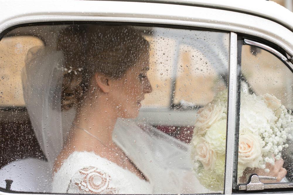 mariée-fiat 500- sous la pluie