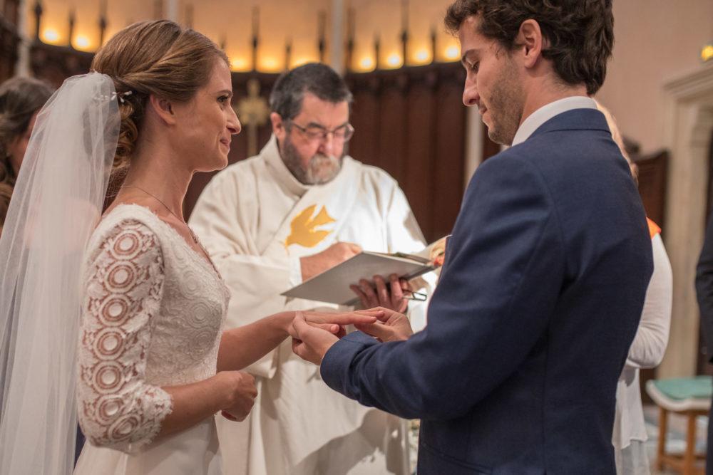 Echange des alliances à l'église de Chazay d'azergues