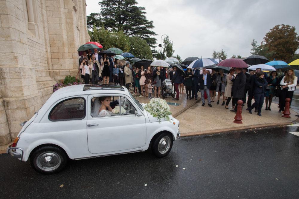 photo de mariage sortie d'église en fiat 500
