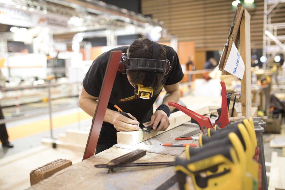 Jeune charpentier sur le salon eurobois 2018