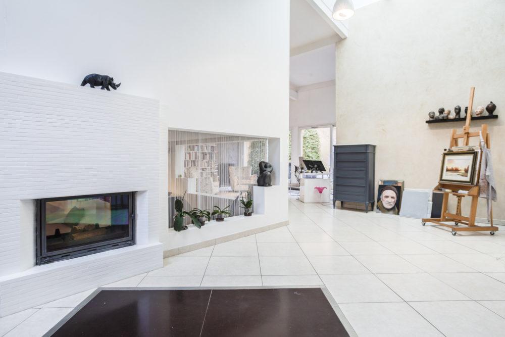 photo loft Villeurbanne. photo du salon avec vue sur la cheminée