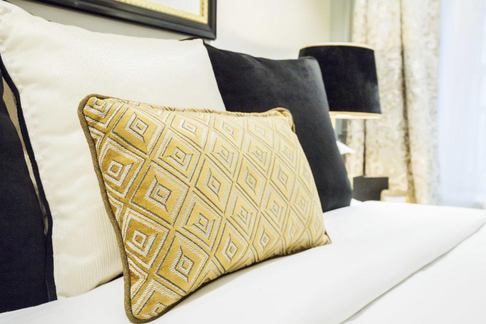détail literie chambre hôtel royal saint honoré paris