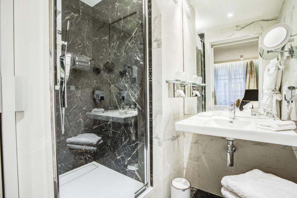 salle de bain chambre hôtel royal saint honoré