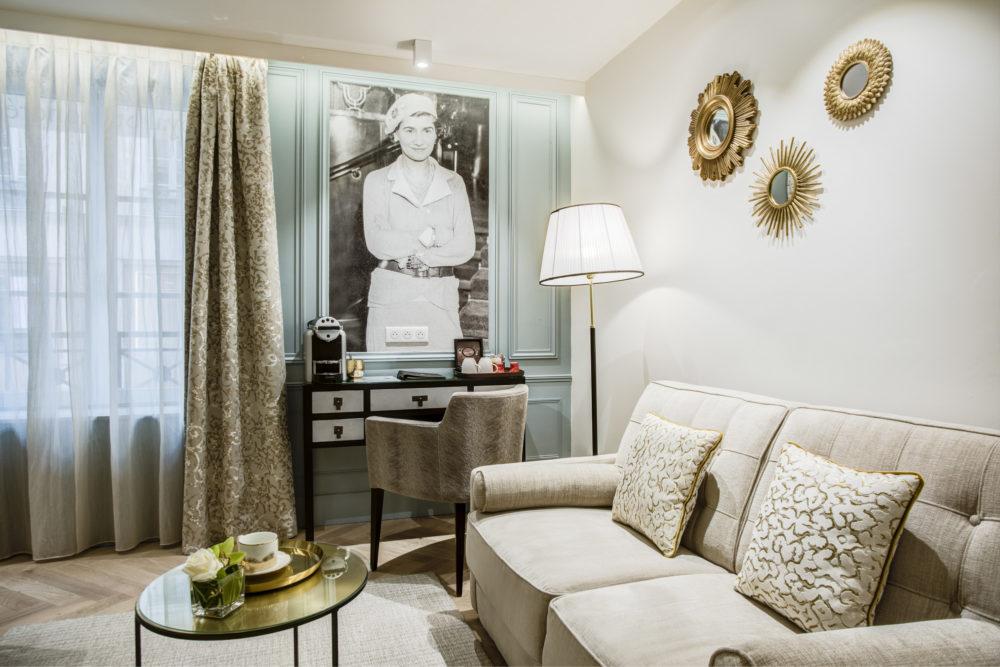 Petit salon chambre rénovée de l'hôtel Royal Saint Honoré