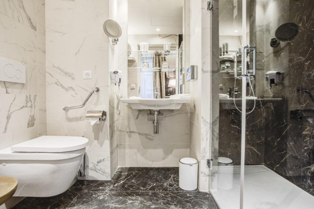 salle de bain chambre supérieure hôtel royal saint honoré paris 8