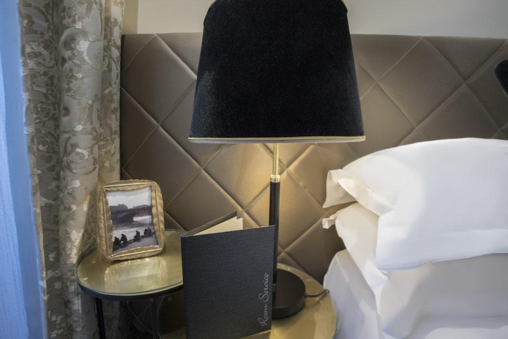 détail de décoration chambre hôtel royal saint honoré