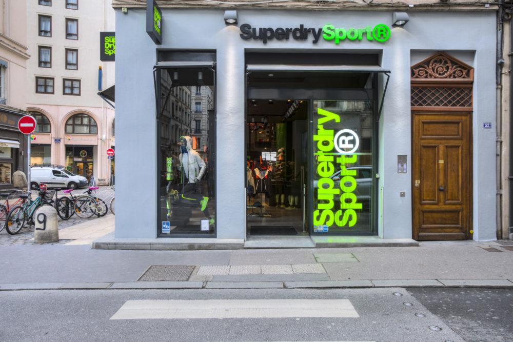 vitrines du magasin superdry sport rue de brest lyon