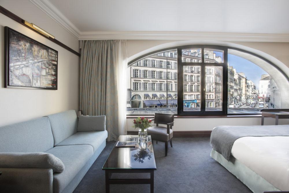 Vue sur la rue du bac depuis la junior suite de l'hôtel Pont Royal Paris.