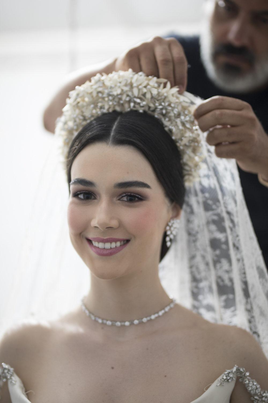 portrait de la mariée durant l'habillage