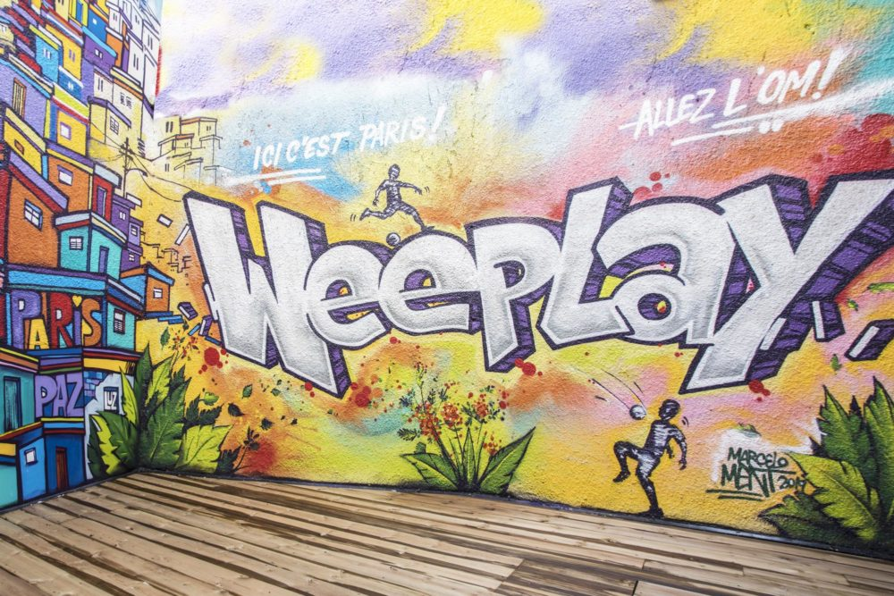 fresque graphique au showroom Weeplay