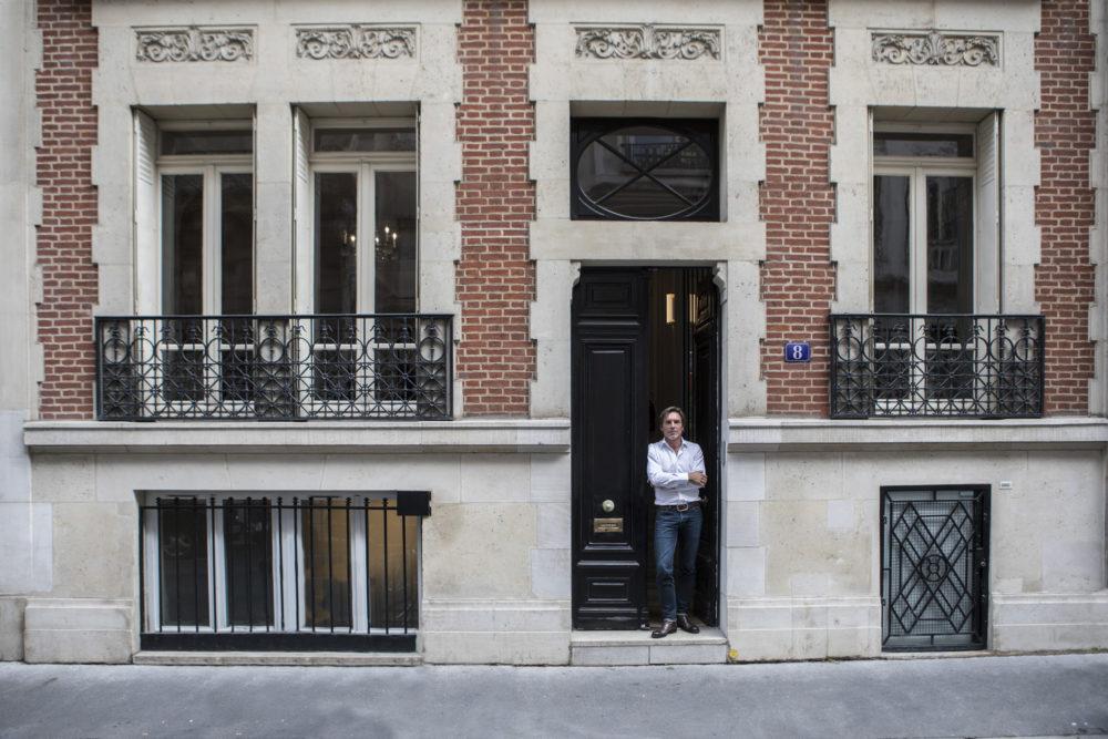 Nicolas Vix devant la société Weeplay à Paris 16ème.