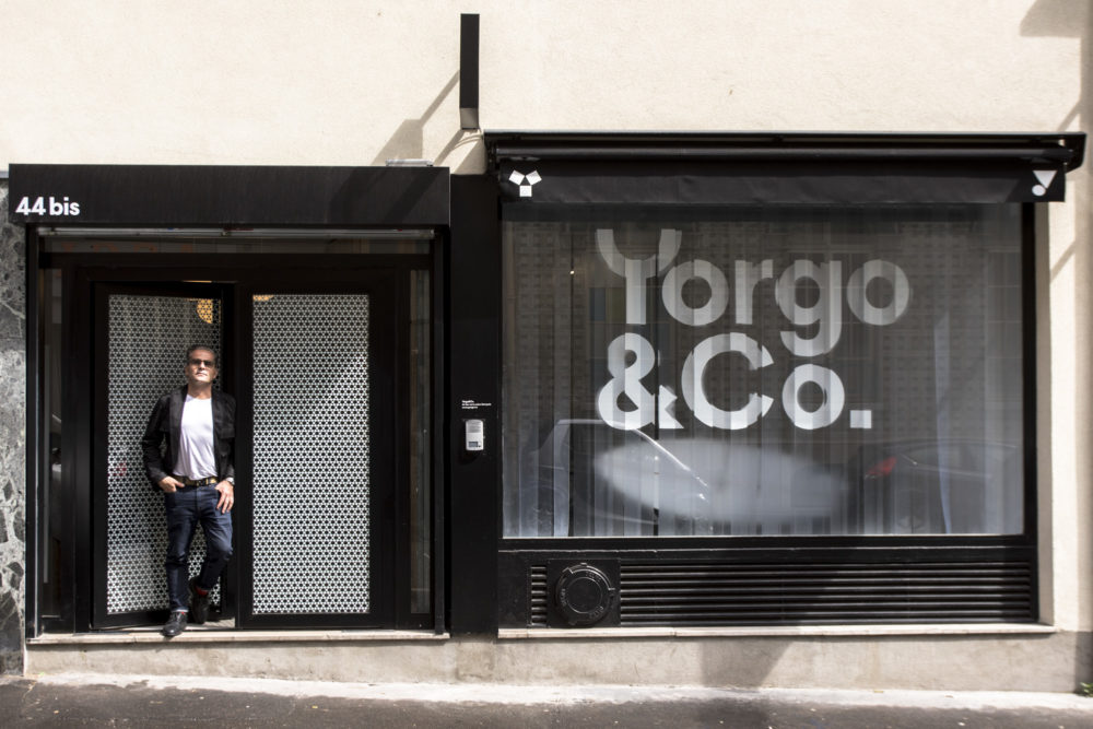 portrait de yorgo devant son studio de design