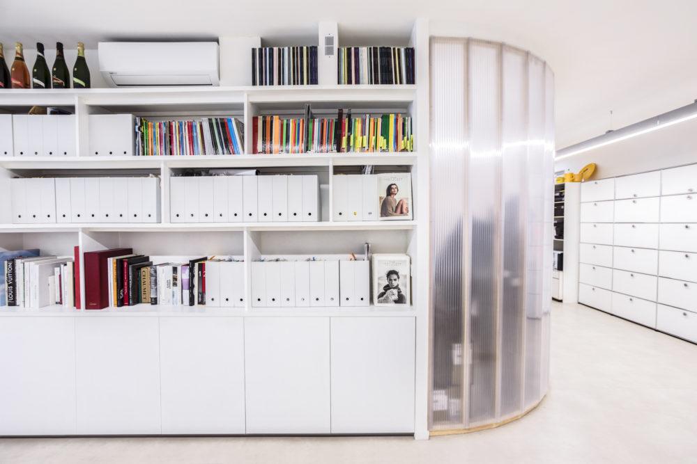 bibliothèque sur mesure et mobilier USM au studio Yorgo & co.