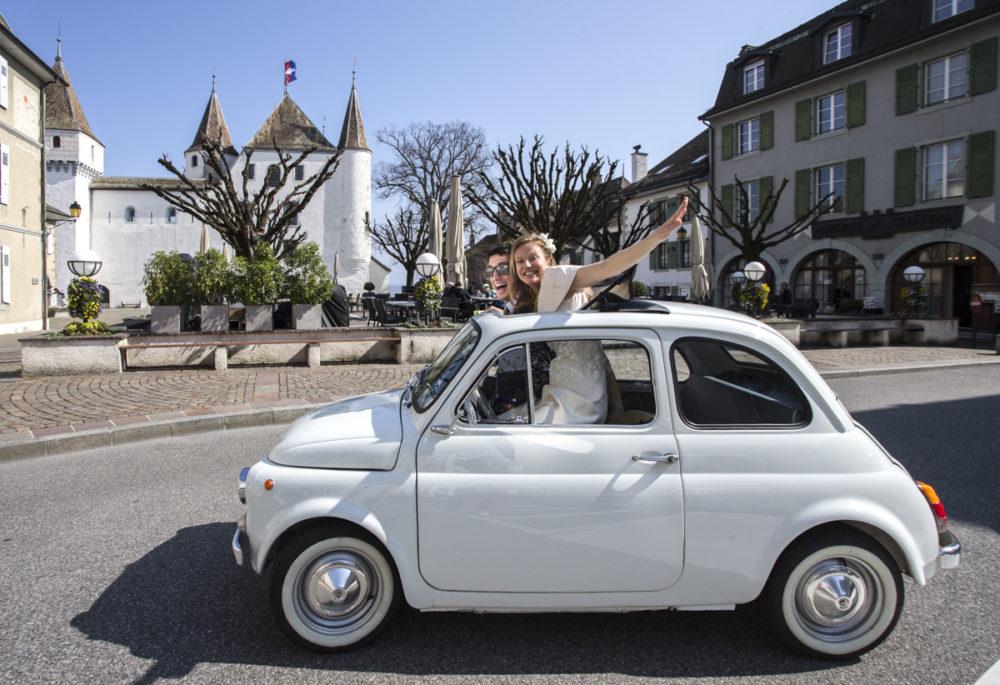 mariés en Fiat 500 devant le château de Nyon